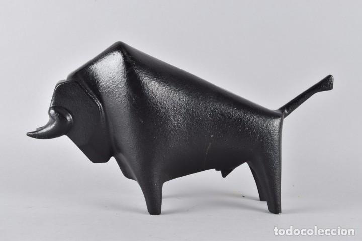 GRAN ESCULTURA VINTAGE AÑOS 60 TORO BRAVO EN HIERRO O FUNDICIÓN. GRANDE Y PESADA 30CM (Arte - Escultura - Hierro)
