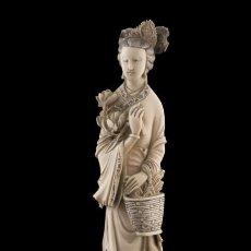 Arte: FIGURA CHINA TALLADA EN MARFIL CON PEANA. Lote 105621679