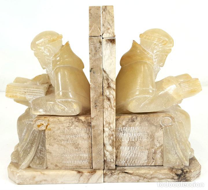 MONJES ESCRIBANOS. PAREJA DE APOYA LIBROS. ESCULTURA DE MÁRMOL. SIGLO XX. (Arte - Escultura - Piedra)