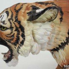 Arte: TIGRE DE BENGALA. ESCULTURA DE PORCELANA PINTADA A MANO. C. MARTINU.CIRCA 1980. . Lote 106197139