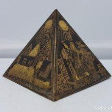 Arte: PIRAMIDE ANTIGUA EN LATÓN CON BELLOS GRABADOS A MANO DE ESCENAS FAMOSAS DEL ANTIGUO EGIPTO . . Lote 107423659