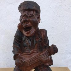 Arte: MUSICO EN MADERA TALLADA. Lote 110084423