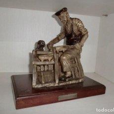 Arte: ESCULTURA DE MADREÑERO ASTURIANO EN PIENSO MATERIAL DE HUESO. Lote 110543127