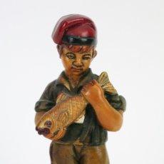 Arte: ESCULTURA DE RESINA POLICROMADA - NIÑO CATALÁN COGIENDO UN PEZ - RD. HOSTALRICH/HOSTALRIC. Lote 111083198