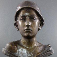 Busto de bronce joven soldado militar sobre base madera principios del siglo XX