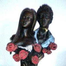Arte: ESCULTURA DE UNA PAREJA, M. SENSERRICH, 1991, FIGURA AMANTES PEANA MÁRMOL, BUSTOS ROSAS EN EXCLUSIVA. Lote 114895199