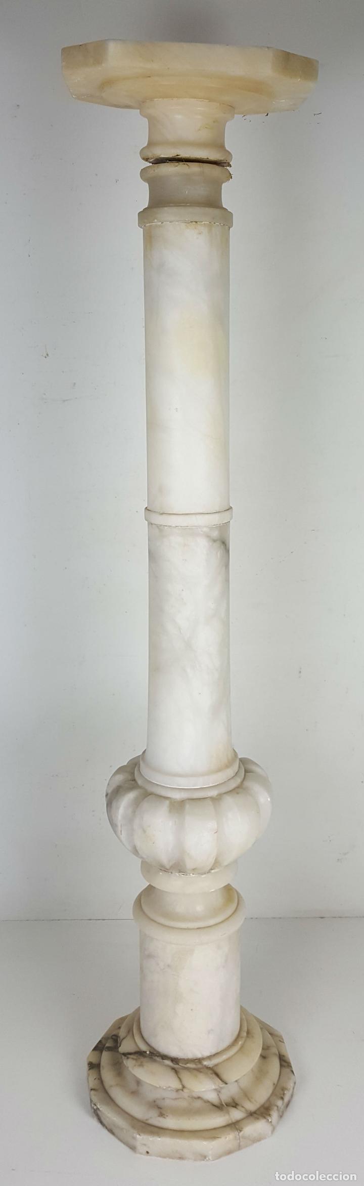 PEANA DE COLUMNA EN ALABASTRO TALLADO. SIGLO XX. (Arte - Escultura - Piedra)