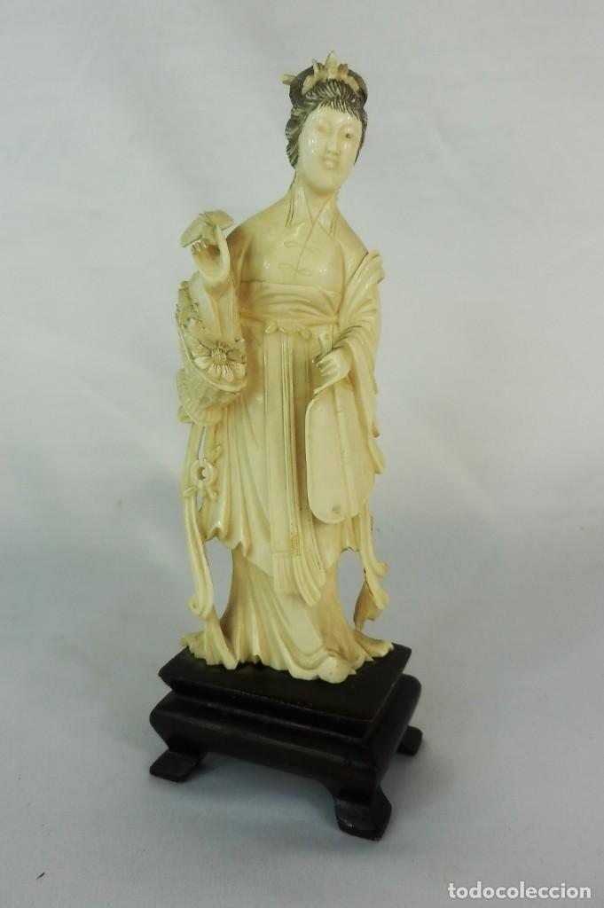 TALLA DE MARFIL S XIX GEISHA 15 CM DE ALTURA SIN LA PEANA 160 GRAMOS APROXIMADOS DE MARFIL (Arte - Escultura - Marfil)