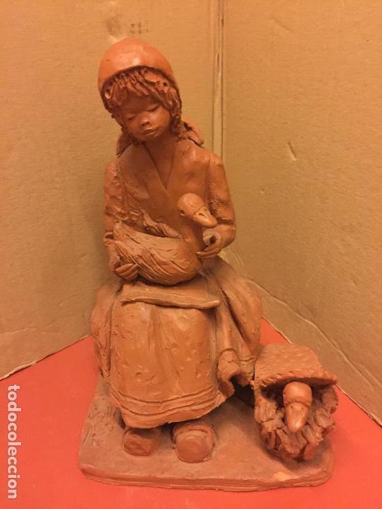 ESCULTURA PASTORCILLA EN TERRACOTA - FIRMADA EN LA BASE - MIDE APROX 22,5CMS ALTURA. PRECIOSA (Arte - Escultura - Terracota )