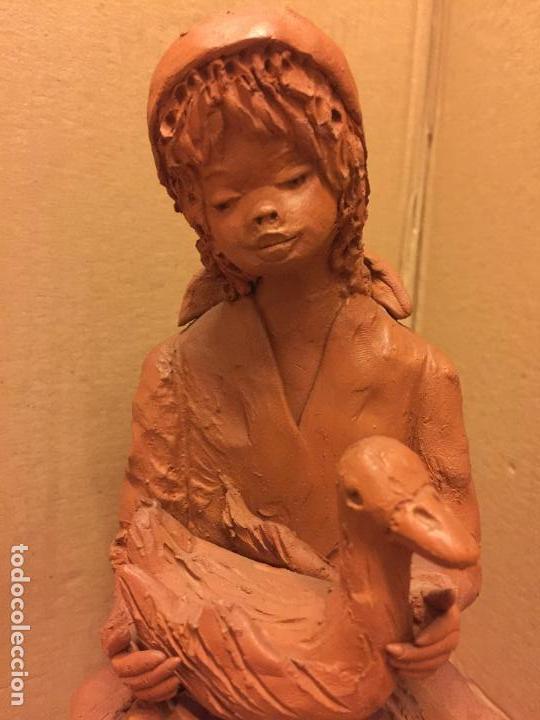 Arte: Escultura PASTORCILLA en terracota - Firmada en la base - Mide aprox 22,5cms altura. Preciosa - Foto 2 - 115792971