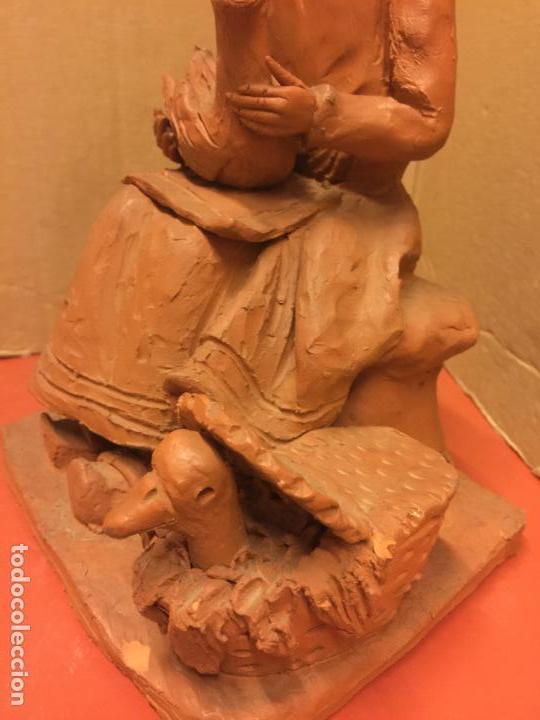 Arte: Escultura PASTORCILLA en terracota - Firmada en la base - Mide aprox 22,5cms altura. Preciosa - Foto 11 - 115792971