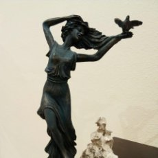 Arte: FIGURA FEMENINA DE BRONCE Y RESINA CON PÁTINA COBREADA. Lote 116133051