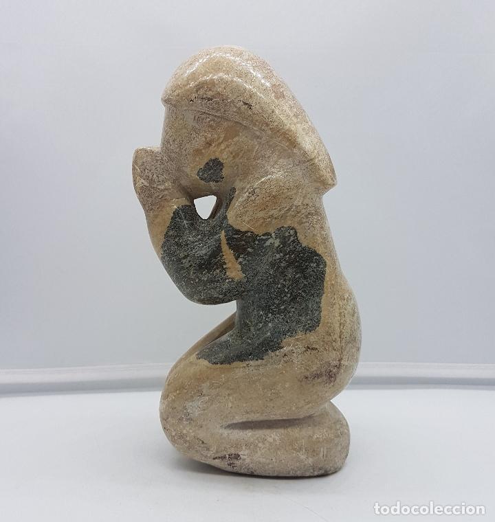 Arte: Escultura antigua de mujer en posición de rezo tallada en piedra . - Foto 3 - 116165631
