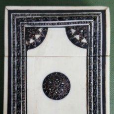 Arte: TARJETERO DE MADERA. INCRUSTACIONES DE PIEDRA HUESO. SIGLO XX. . Lote 116341975