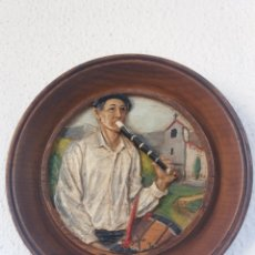 Arte: PAIS VASCO ..CUADRO EN MADERA TALLADO A MANO Y PINTADO ..FIGURA RELIEVE PERSONAGE VASCO. Lote 116722679