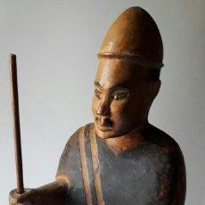 Kunst - Curiosa talla de Amo y sirviente o esclavo. Indonesia ? - 116847848