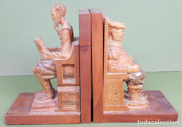 PAREJA DE APOYA LIBROS. MADERA TALLADA. DON QUIJOTE Y SANCHO PANZA. CIRCA 1960. (Arte - Escultura - Madera)