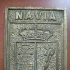 Arte: TREMENDO ESCUDO DE LA VILLA DE NAVIA EN BRONCE MACIZO CINCELADO DE 2 KILOS Y 18,5 X 14 CMS,SIGLO XIX. Lote 118929307