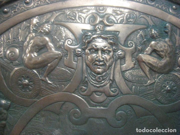 Arte: MAGNIFICO Y ANTIGUO ESCUDO DEL SIGLO XIX EN COBRE REPUJADO CON MOTIVOS GUERRA DE TROYA, 63 X 45 CMS - Foto 6 - 119454927