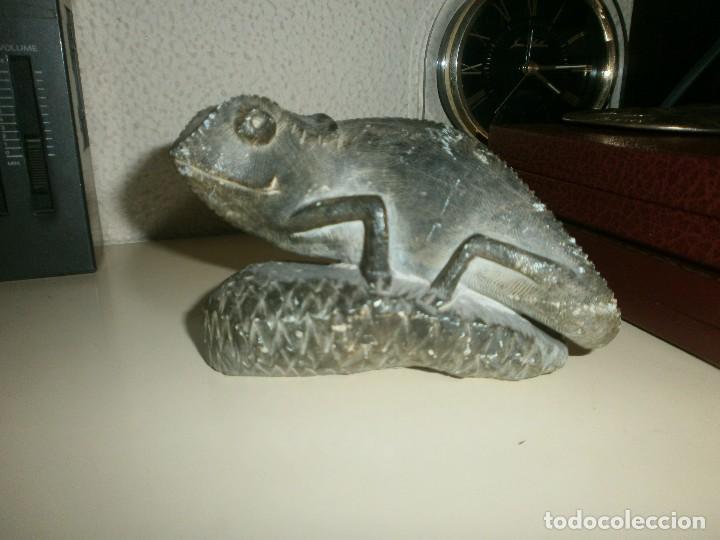 FIGURA TALLA DE PIEDRA CAMALEÓN MEDIDA 7,5 CM. ALTURA ANCHO 12 X 6 CM. (Arte - Escultura - Piedra)