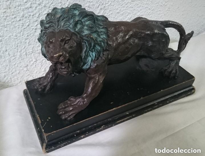Arte: Antiguo león de bronce en posición de ataque con peana de madera. Siglo XIX. 38x25x17cm.Espectacular - Foto 4 - 121326007