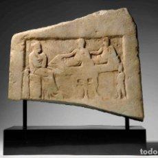 Arte: ESTELA FUNERARIA CON ESCENA DE BANQUETE. ESCULTURA DEL PERIODO ÁTICO (450-480 A. C.L GRIEGO),. Lote 121482399