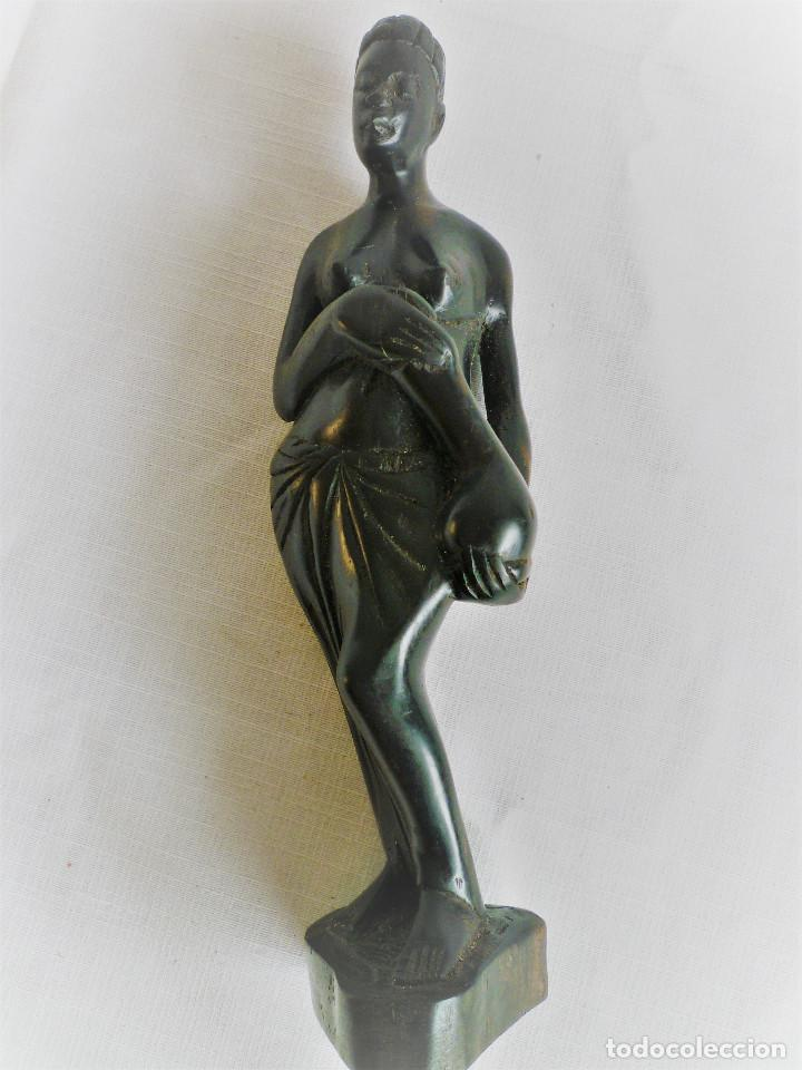 FIGURA DE MUJER TALLADA EN MADERA DE ÉBANO (Arte - Escultura - Madera)