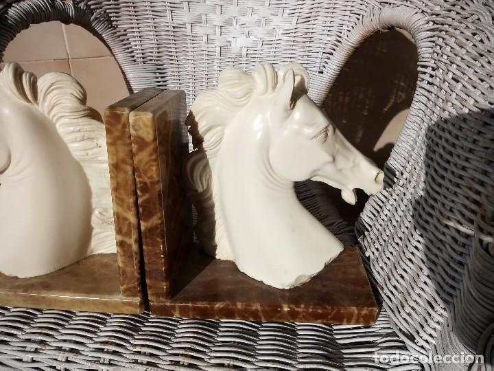 Arte: Preciosas esculturas busto de caballos en alabastro y bases de mármol,sujeta libros. - Foto 3 - 124300367