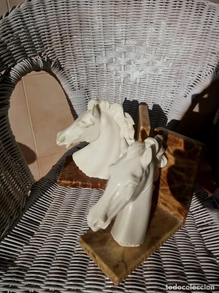 Arte: Preciosas esculturas busto de caballos en alabastro y bases de mármol,sujeta libros. - Foto 4 - 124300367