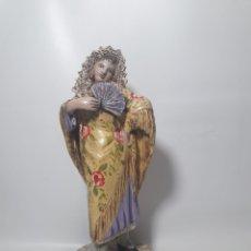 Arte: ELEGANTE ESCULTURA EN TERRACOTA MANOLA CON ABANICO Y MANTÓN DE MANILA. Lote 126041518