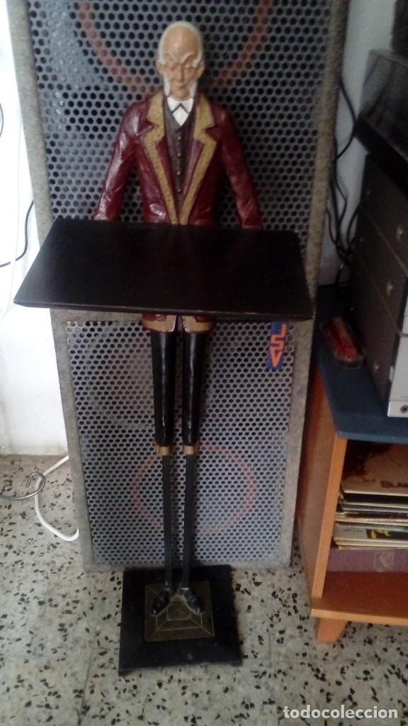 ANTIGUA ESCULTURA DE HIERRO FORJADO CAMARERO HECHO A MANO, MIDE 95 CMS ALTO Y LA BANDEJA 30 X 20 CMS (Arte - Escultura - Hierro)