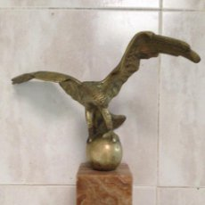 Arte: AGUILA DE BRONCE SURTIDOR CERVEZA AGUILA AÑOS 50 SOBRE PEANA DE ÓNIX. Lote 126888959