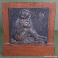 Arte: MUJER DE ESPALDAS. BAJO RELIEVE EN METAL. AGUSTIN GUASCH. SIGLO XX.. Lote 127813543