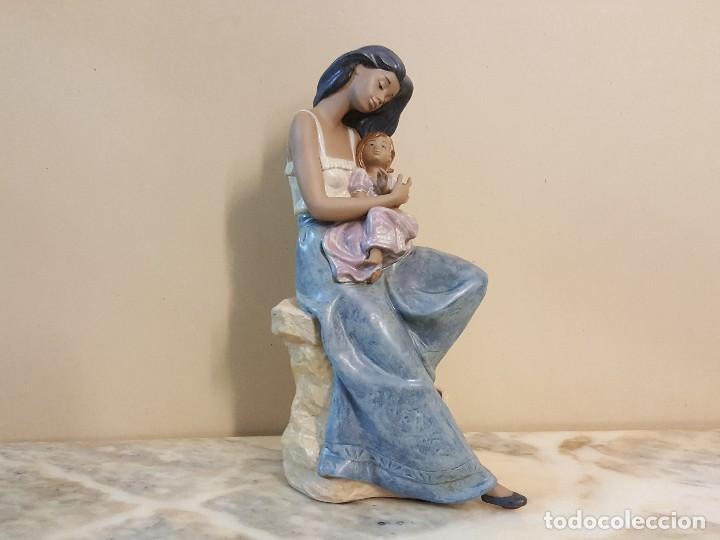 Arte: Mujer con niña en brazos. NAO HANDCRAFTED PORCELAIN - Foto 2 - 241079495