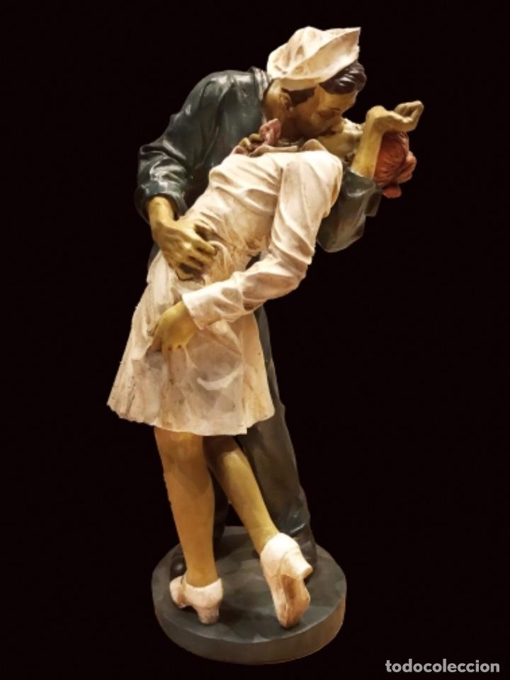 MARAVILLOSA FIGURA EN RESINA, EL BESO EN TIMES SQUARE, IMPECABLE, 48 CM , 17 X 17 (Arte - Escultura - Resina)