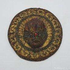 Arte: MEDALLÓN ANTIGUO NEPALI EN BRONCE LABRADO, DRAGON FU EN RELIEVE, APLICACIONES EN CORAL Y TURQUESA .. Lote 128287859