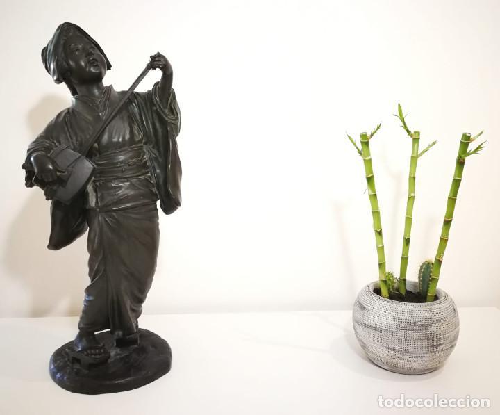 ESCULTURA JAPONESA GEISHA CANTANDO Y TOCANDO SHAMISEN - DINASTIA MEIJI - S. XIX - SELLADA (Arte - Escultura - Bronce)
