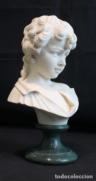 BUSTO DE NIÑO ESCULPIDO EN MARMOLINA O ALABASTRO, CON PEANA. (Arte - Escultura - Alabastro)