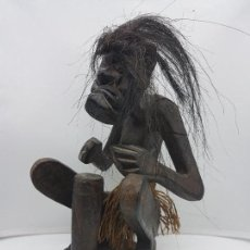 Arte: ORIGINAL ESCULTURA ANTIGUA AFRICANA DE MADERA HECHA A MANO, MÚSICO HACIENDO PERCUSIÓN.. Lote 128824391