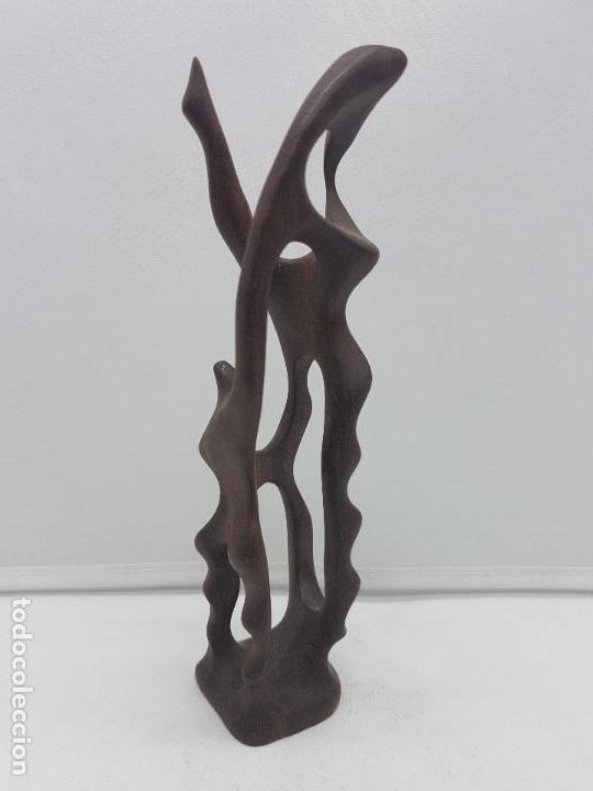 ANTIGUA ESCULTURA ABSTRACTA BELLAMENTE TALLADA DE UNA PIEZA EN MADERA TROPICAL. (Arte - Escultura - Madera)