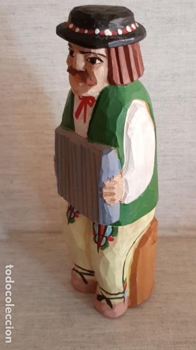 Arte: TALLA DE MADERA / HOMBRE TOCANDO EL ACORDEÓN / DECORADO A MANO / 15.5 X 5 CM / BUEN ESTADO. - Foto 5 - 130960592