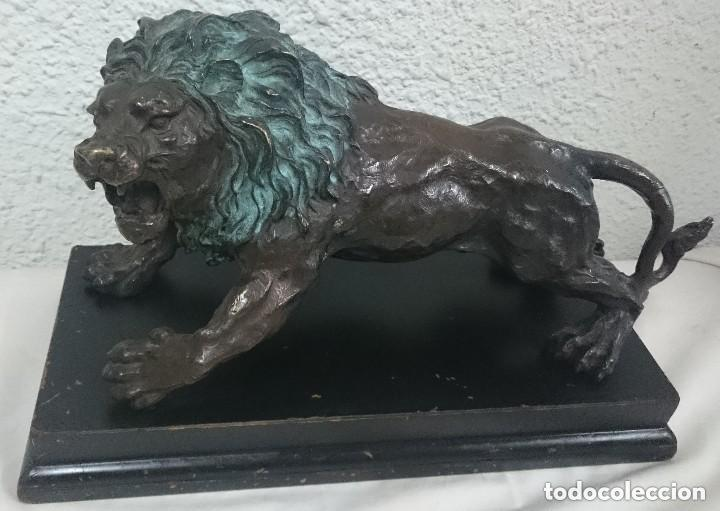 Arte: Antiguo león de bronce en posición de ataque con peana de madera. Siglo XIX. 38x25x17cm.Espectacular - Foto 2 - 121326007