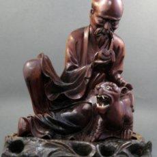 Arte: ESCULTURA ANCIANO CON PANTERA EN MADERA FRUTAL TALLADA CHINA SIGLO XX. Lote 136032098