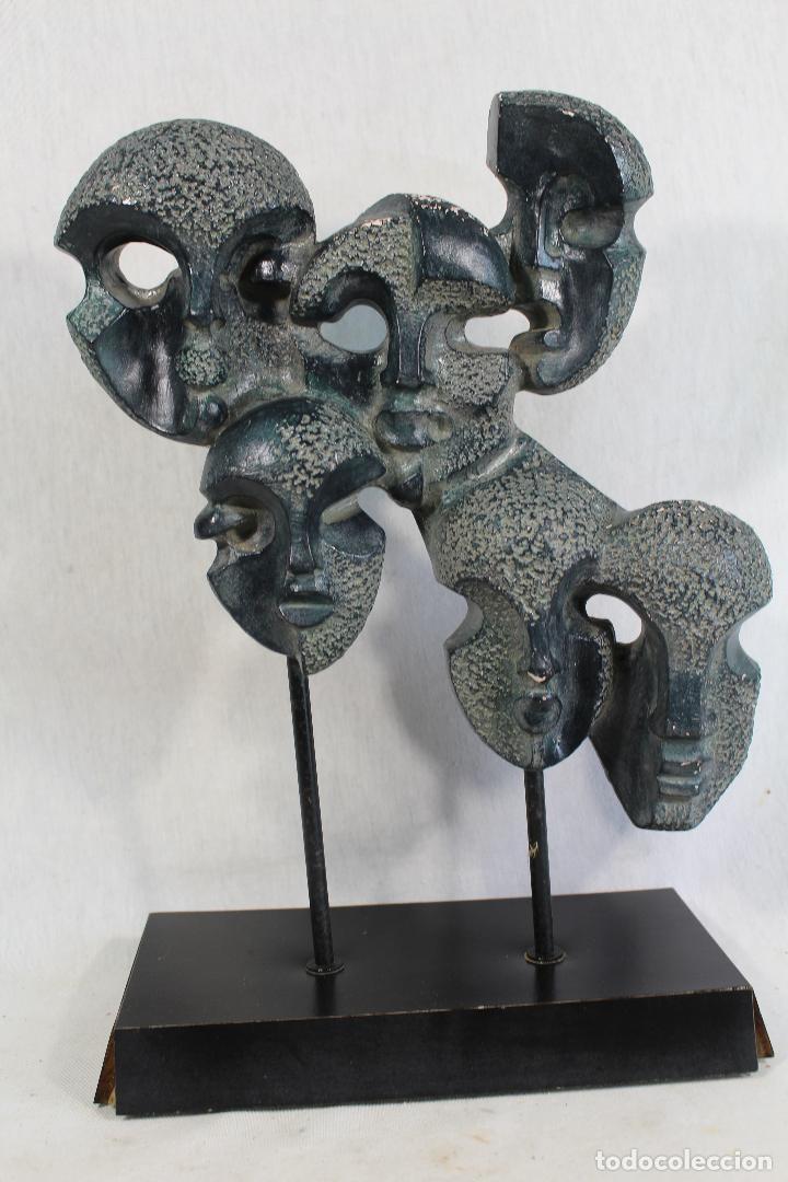 ESCULTURA CON CARAS EN RESINA FIRMADA (Arte - Escultura - Resina)