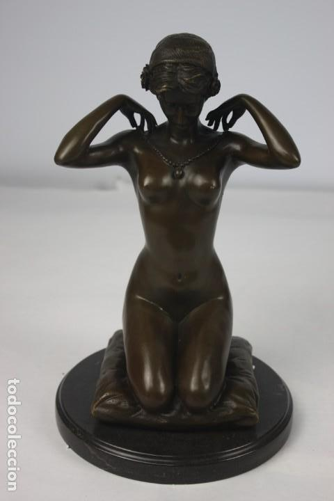 ESCULTURA EN BRONCE DAMA PONIENDOSE EL COLLAR (Arte - Escultura - Bronce)