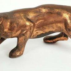 Arte: TIGRE DE CAZA. ESCULTURA EN METAL CON PATINA DE BRONCE. SIGLO XX. . Lote 140843790