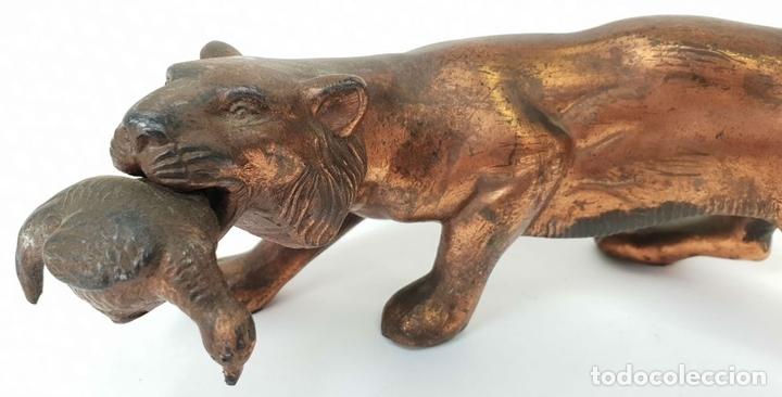 Arte: TIGRE DE CAZA. ESCULTURA EN METAL CON PATINA DE BRONCE. SIGLO XX. - Foto 2 - 140843790