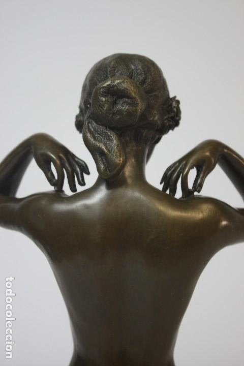 Arte: Escultura en bronce dama poniendose el collar - Foto 8 - 140839610