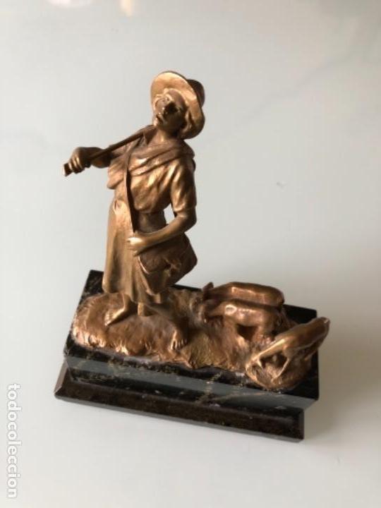 ESCULTURA FIGURA PASTOR EN BRONCE PATINADA DORADO FIRMADA P. KOWALCZEWSKY, 17 CM, AÑO 1900 (Arte - Escultura - Bronce)