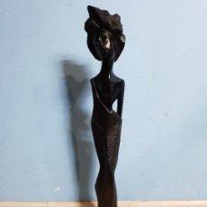 Arte: PRECIOSA ESCULTURA ANTIGUA TALLADA EN MADERA NEGRA AFRICANA DE DAMA POSANDO SOBRE PEANA.. Lote 142913354